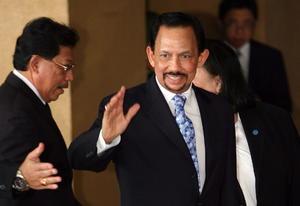 En el cuarto lugar de la lista de Forbes se encuentra Haji Hassanal Bolkiah Mu'izzaddin Waddaulah ibni Al-Marhum Sultan Haji Omar Ali Saifuddien Sa'adul Khairi Waddien, conocido brevemente como Muda Hassanal Bolkiah, sultán de Brunei, quien ha logrado su capital en base a inversiones petroleras. La fortuna del sultán es de 20 mil millones de dólares.