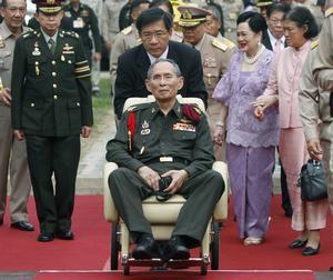 Bhumibol Adulyadej, rey de Tailandia, está a la cabeza de la lista gracias a su fortuna lograda en base a las acciones que posee en una cementera y en el banco tailandés Siamm Commercial. Se estima que este rey, proclamado como 'El Grandioso', posee una fortuna de 30 mil millones de dólares.
