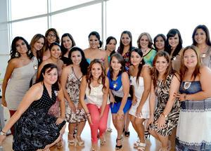 08092012 PRENUPCIAL.  Luz Elena Santa Cruz con algunas de las invitadas a su despedida de soltera.