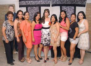 08092012 PRENUPCIAL.  Karla Ortiz González junto a las asistentes a su despedida de soltera.