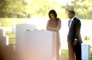 El presidente y su esposa Michelle visitaron tumbas de militares muertos en las guerras de Irak y Afganistán.