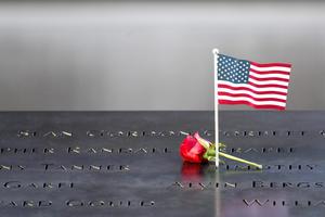 Las miles de personas que visitaron el monumento portaban banderas de Estados Unidos y algunos de los países de origen de las víctimas.