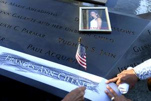 Familiares, quienes portaban carteles y vestían camisetas con las fotografías de los seres queridos que fallecieron, mostraron su dolor colocando flores en las placas del monumento donde están escritos los nombre de las víctimas.