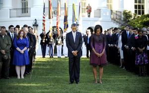 Con los toques de un corneta y una campana que sonó tres veces, la conmemoración en la Casa Blanca marca el undécimo aniversario de los secuestros suicidas de aviones que se estrellaron contra el Centro Mundial de Comercio en Nueva York y el Pentágono.