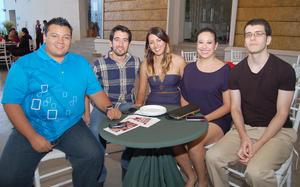 09092012 DIEGO , Miguel, Sandra, Montse y Eduardo en la inauguración de una exposición fotográfica.