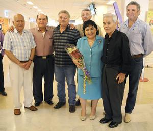 10092012 CARMEN  Salinas con sus hermanos: Gustavo, Manolo, Miguel, Jorge, Roberto y Antonio Salinas.