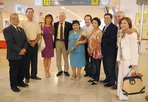 10092012 CARMEN  Salinas acompañada por miembros del Club Rotario de Torreón.