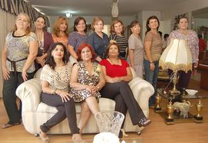 14092012 CUMPLEAñOS.  Juanita de Espinoza con sus amigas durante su festejo.