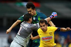 El portero americanista, Hugo González, y el delantero albiverde Hérculez Gómez, se dieron un fuerte golpe dentro de las acciones que tuvo el partido que se desarrolló en el llamado 'Templo Águila'.
