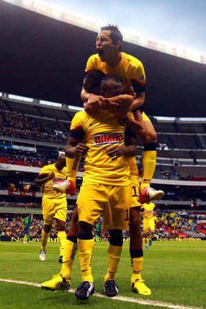 El ecuatoriano Christian Benítez alcanzó la cima de la clasificación de goleadores y de paso perfiló la victoria del América por 2-0 sobre el actual campeón mexicano.
