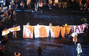 En la fiesta del Grito en el Zócalo aparecieron mantas y consignas contra el resultado de la elección presidencial.