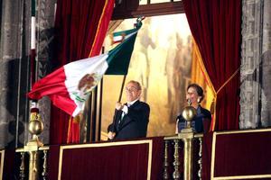 Felipe Calderón ondeó la bandera de México desde el balcón central del Palacio Nacional.