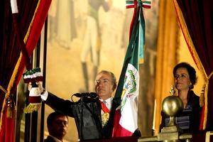 Tras concluir su arenga y con la Banda Presidencial al pecho, Calderón Hinojosa hizo sonar la campana de Palacio Nacional, al tiempo que agitó el Lábaro Patrio, que previamente había recibido de la Guardia de Honor en el Salón de Protocolo.