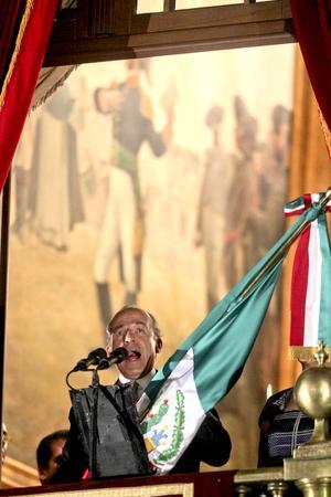 """Desde el balcón central del Palacio Nacional y bajo una fuerte lluvia, gritó: """"Mexicanos. ¡Vivan los héroes que nos dieron patria! ¡Viva Hidalgo! ¡Viva Morelos! ¡Viva Josefa Ortiz de Domínguez! ¡Viva Allende! ¡Vivan Galeana y los Bravo! ¡Viva Aldama y Matamorros! ¡Viva la Independencia Nacional! ¡Viva México! ¡Viva México! ¡Viva México!""""."""