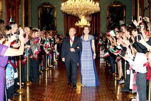 Felipe Calderón salió poco después de las 23:00 horas junto a su esposa Margarita Zavala, para gritar las arengas y agregó a Hermenegildo Galeana y a los hermanos Bravo, Nicolás, Miguel, Víctor y Máximo.
