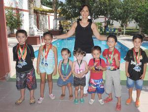 16092012 CONVIVENCIA.  Rocío Cháirez junto a pequeños nadadores.