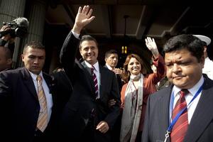 Peña Nieto llegó a Guatemala compañado de su esposa Angélica Rivera.