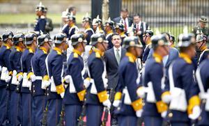 Santos recibió con una valla de honor a Peña Nieto en la Plaza de Armas de la presidencial Casa de Nariño, en el centro de Bogotá, como antesala a una reunión privada que sostienen en la sede del gobierno.