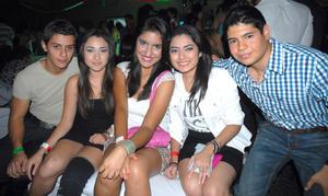 22092012 EN UNA FIESTA.  Julio, Ale, Ara, Pao y Fery.