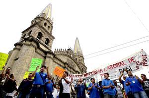 En Guadalajara también marcharon manifestantes en contra de la reforma laboral.