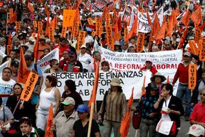 El contingente inició la movilización en la sede sindical, en la colonia Tabacalera, por lo que a su paso hacia el Senado de la República, ubicada en el cruce de Insurgentes y Reforma, afecta el tránsito vehicular de la zona y calles que confluyen al Centro Histórico.