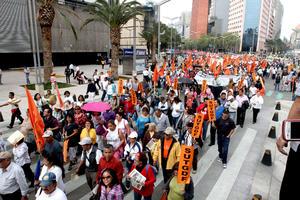 Integrantes del Sindicato Único de Trabajadores del Gobierno del Distrito Federal (SUTGDF) realizaron una marcha contra la aprobación de la reforma laboral, en las inmediaciones del Senado de la República, por lo que originan caos vial en la zona.