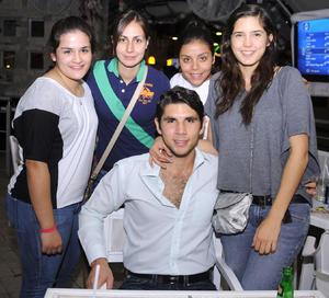 28092012 ENTRE AMIGOS.  María Fernanda Martínez, Ale Robles, Andrea Barocio, Zanya Pérez y Ramón Nevárez.
