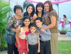 30092012 LA FESTEJADA  con su mamá Sra. Yolanda Hurtado de Torres, su hermana Karina de Torres, su cuñada Yolanda Reyes y los pequeños Marianne y Marcelo Torres, así como Sergio Márquez.