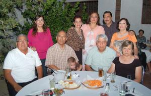 30092012 CELEBRA CUMPLEAñOS.  Leticia Rosas en compañía de sus colegas.