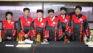 30092012 DR. FRANCISCO  López Gutiérrez acompañado de sus sinodales.