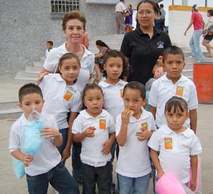 30092012 EN LA FERIA.  Pequeños del albergue del Padre Manuelito junto a sus guías.