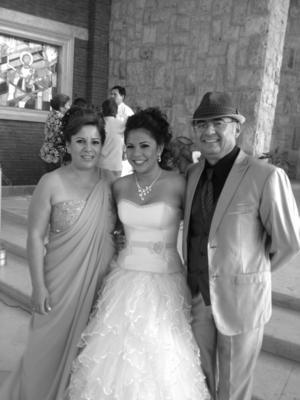 SRITA. LUISA Fernanda Pámanes Moreno, el día de sus XV años, acompañada de sus padres, señora Claudia Viridiana Moreno Hernández y señor Luis Antonio Pámanes García.