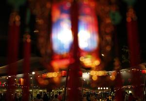 En muchos lugares se encenderán linternas, sobre todo rojas, para dar mayor magia a la noche, y en el sur (Hong Kong, Cantón...) se celebrarán las tradicionales danzas de dragones y leones que suelen acompañar a las fiestas chinas para atraer la fortuna y alejar los malos espíritus.