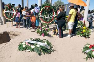 Una corona de claveles fue enviada por el gobernador de Coahuila, Rubén Moreira al panteón.