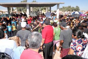 El panteón nunca antes había lucido tan repleto. La gente llegaba en camiones. Más de mil personas había.