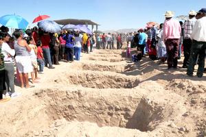 Familias enteras enterradas juntas. Hicieron pozos, los taparon con maquinaria y colocaron modestas cruces de madera.