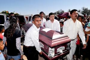 Entre llantos llegaron los féretros de los difuntos al panteón de Congregación Hidalgo.