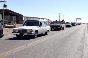 Más de 70 vehículos comprendieron el cortejo fúnebre para despedirlos.