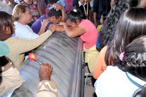 Entre llanto y dolor, familiares de las víctimas del accidente carretero en el que murieron 16 personas, dieron el último adiós a sus seres queridos.