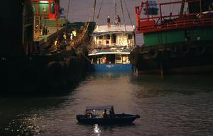 El buque se dirigía hacia el concurrido puerto Victoria de Hong Kong para presenciar los fuegos artificiales con motivo de la celebración del Día Nacional de China, mientras que el ferry regresaba de ese mismo lugar.