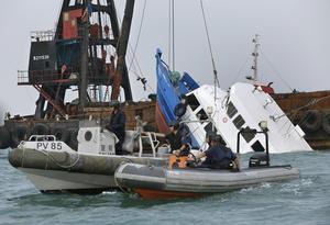 Un buque con más de cien pasajeros se hundió en cuestión de minutos tras colisionar con un ferry que transportaba a otro centenar de personas.