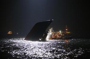 El accidente se produjo a las 20:23 hora local del lunes (12:23 GMT) frente a la isla de Lamma, situada a tres kilómetros al suroeste de la isla de Hong Kong.