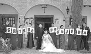 REYNA ALEJANDRA y Juan Daniel el día de su boda, acompañados de: Luis Barrios, Anabel Noé, Claudia Dávila, Ruth Piedra, Sara Rangel, Mónica Miranda, Fabiola Fuentes, su dama de honor Pamela Méndez y Mizraim Suárez.- Sepúlveda Fotografía