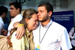 """""""Le dimos la pelea"""", se consolaban unos a los otros mientras de fondo retumbaban los fuegos artificiales celebrando la victoria de Chávez, quien logró su tercera reelección consecutiva para gobernar hasta el 2019."""