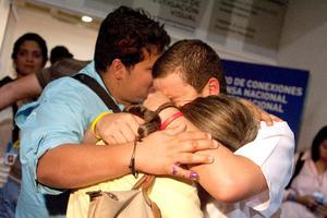 Los más de 200 venezolanos que se concentraron en el comando de campaña opositor recibieron con resignación y lágrimas en los ojos la derrota de su líder, Henrique Capriles, frente al presidente, Hugo Chávez.