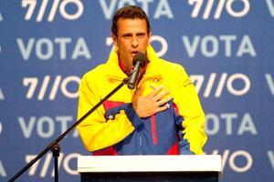 El opositor candidato presidencial Henrique Capriles Radonski, reconoció esta noche su derrota en las elecciones presidenciales, y felicitó a Hugo Chávez por su segunda reelección consecutiva, que le permitirá mandar 20 años seguidos.