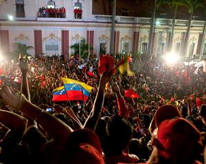 """""""Ha sido un día memorable, por eso desde lo más profundo de mi corazón les doy las gracias y le pido a Dios que me dé vida y salud"""", dijo Chávez ante una multitud de seguidores congregados ante el """"balcón del Pueblo"""" del Palacio de Miraflores, en Caracas."""