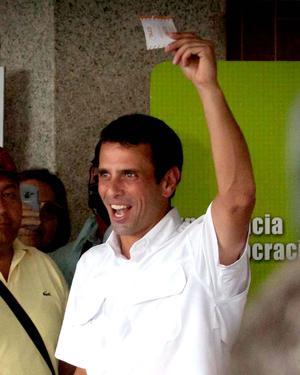 Henrique Capriles, votó rodeado de un aluvión de seguidores en el municipio caraqueño de Baruta, del que fue alcalde durante dos periodos.