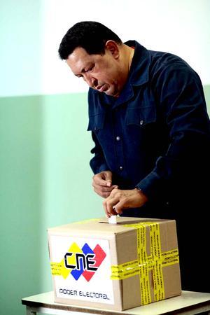 Hugo Chávez, votó en el colegio Manuel Palacio Fajardo, en la zona popular del 23 de Enero, en el oeste de Caracas.