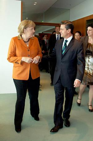 El presidente electo de México, Enrique Peña Nieto, calificó de positivo su encuentro con la canciller alemana Angela Merkel, quien le ofreció aportar la experiencia de ese país en materia de generación de energías renovables.